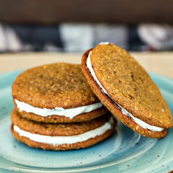 3 oatmeal cream sandwich cookies on a blue plate.