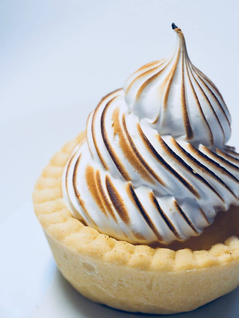 individual tart made with sable dough with meringue